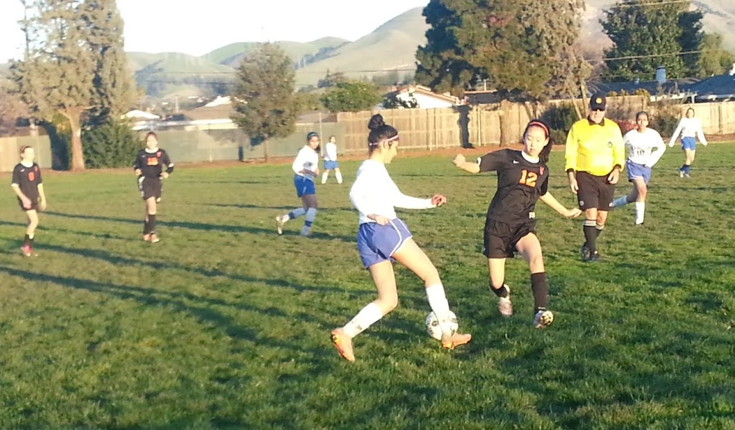 Junior+Sarah+Assao+dodges+Washington+defenders+in+a+rush+towards+the+opposing+goal+in+the+second+half.+