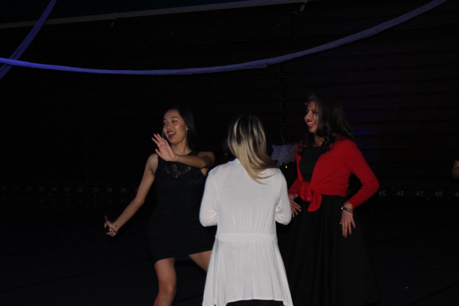 Sophomore+Rachel+Wang+dances+to+the+event%E2%80%99s+lively+music.