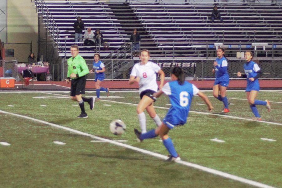 Midfielder Hana Nguyen (10) passing to a teammate.